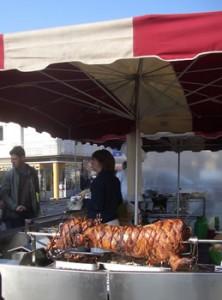 Cochon à la broche au marché de Saint Lo en Normandie