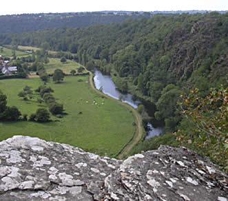 Vue sur la rivière Vire depuis le sommet des Roches de Ham, en Normandie
